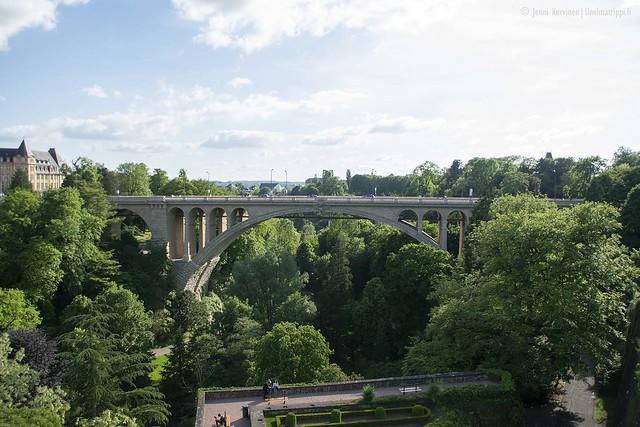 Näkymä Pétrussen puiston reunalta Adolphen sillalle on komea ja vehreä.