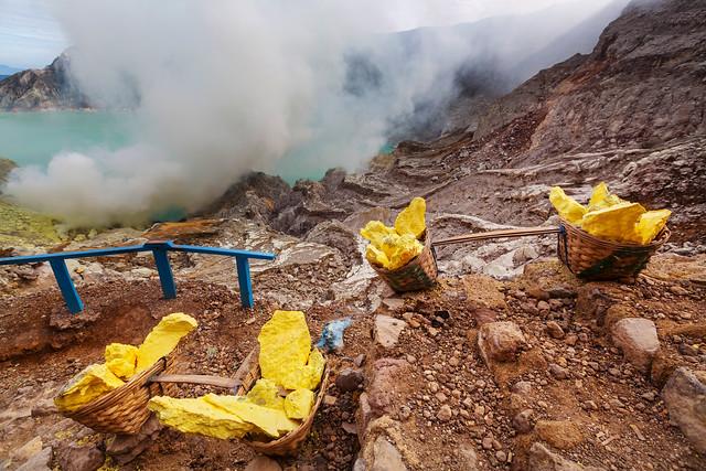 イジェン山の火口湖から採掘される硫黄