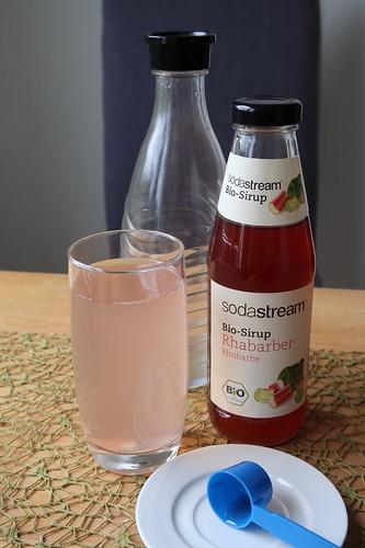 Gesprudeltes Wasser mit Rhabarber Sirup