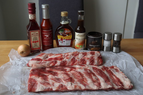 Zutaten für mit Ahornsirup und Chilisauce marinierte und knusprig gebratene Schweinerippchen