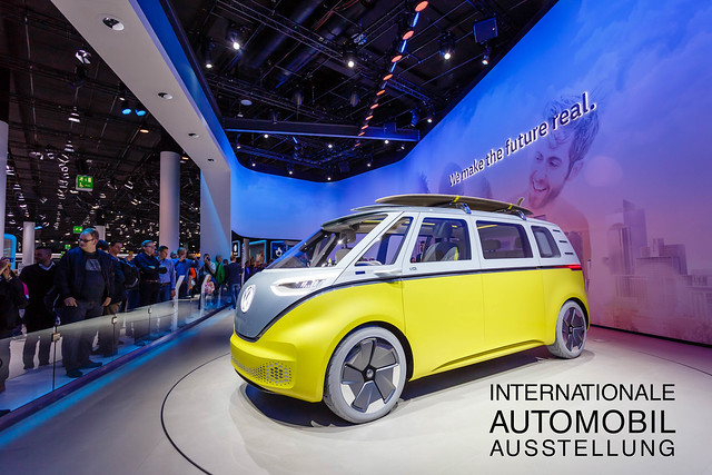 IAA-Messebesucher vor dem Buzz der I.D. Familie von Volkswagen auf der Internationalen Automobil-Ausstellung