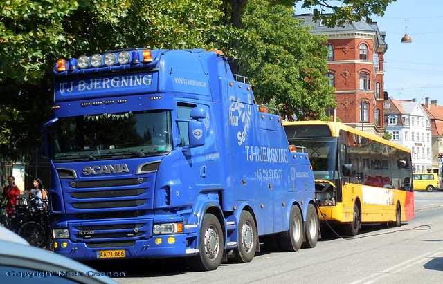 Scania R730 v8 AA71866 prepares to tow defective older reserve bus Keolis 7561 home from breakdown on route 3A