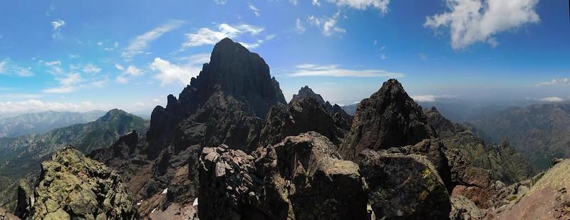 Depuis le sommet : l'enchevêtrement de la Grande Barrière entre Soeur SW et Paglia Orba