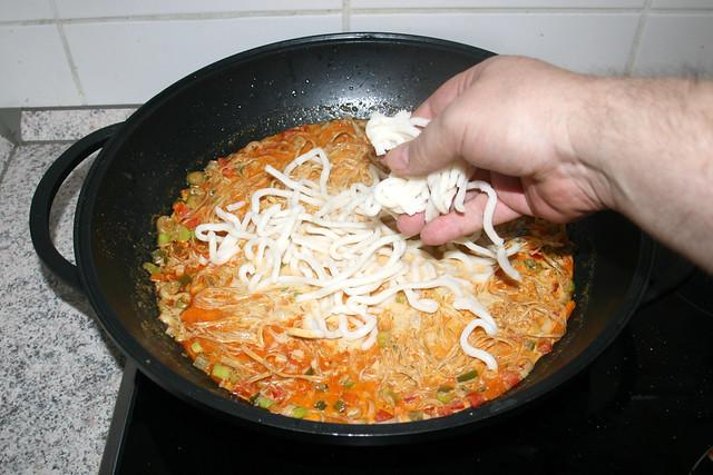 27 - Udon-Nudeln in Wok geben / Put udon noodles in wok