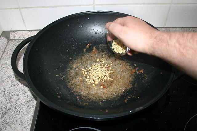 14 - Ingwer in Wok geben / Put ginger in wok