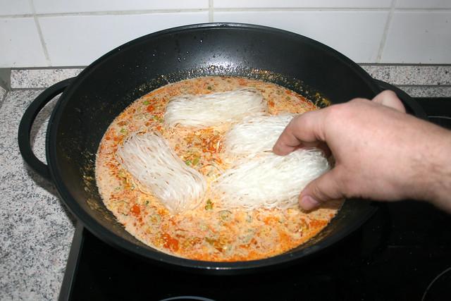 25 - Glasnudeln in Flüssigkeit geben / Put glass noodles in wok
