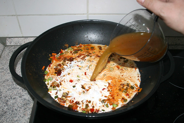 23 - Gemüsbrühe dazu gießen / Add vegetable broth