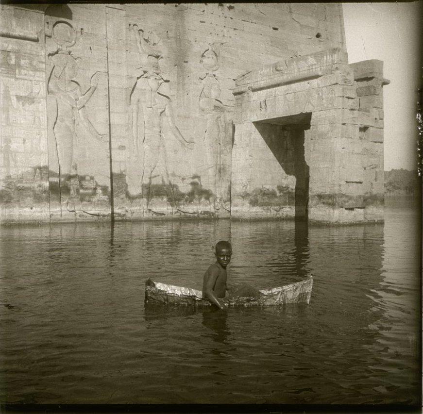 1910. Египет. Филе. Мальчик бешари на самодельной лодке клянчит бакшиш у туристов