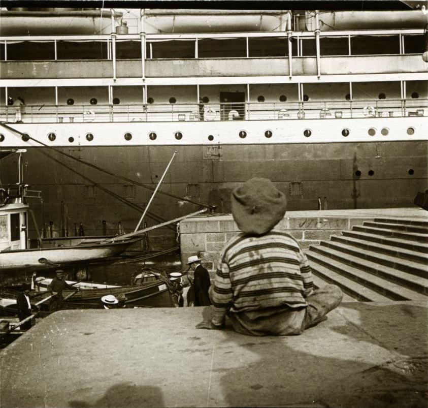 1907. Италия. Генуя. Мальчик на фоне гигантского парахода «Принцесса Ирен»