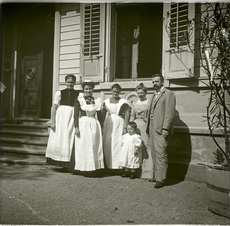 1901. Германия. Семья доктора Швёрера на фоне арендуемого им дома