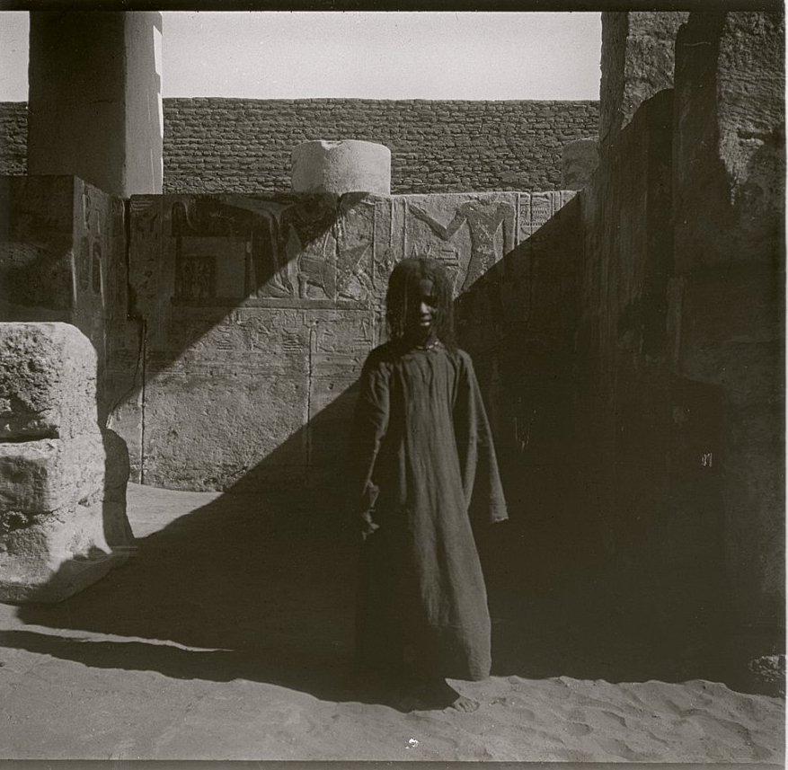 1910. Судан. Вади-Хальфа. Нубийская девочка на фоне египетских фресок