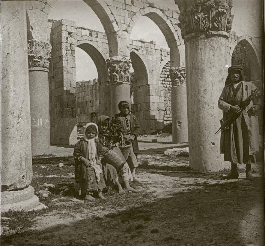 1910. Ливан. Баальбек. Громадные колонны Баальбекского храма