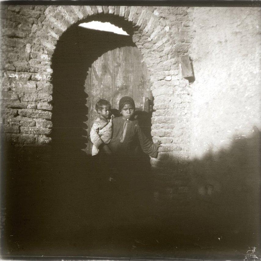 1910. Египет. Эдфу. Маленькая Зейнаб с братишкой у двери дома