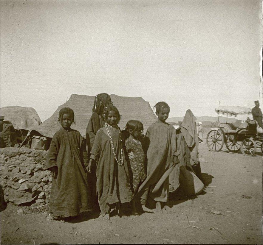 1910. Египет. У Ассуана. Дети народности бешари скалят зубы и попрошайничают