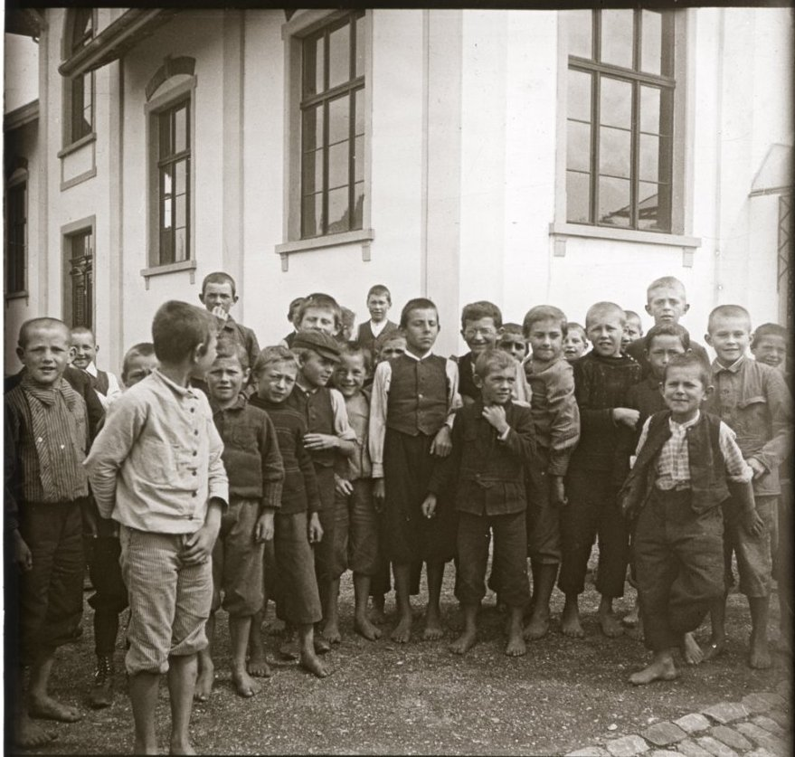 1907. Швейцария. Тагервелен. Толпа мальчишек у школы