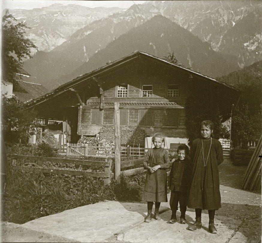 1907. Швейцария. Бониген. Дети из семьи Петерсов на фоне швейцарского шале