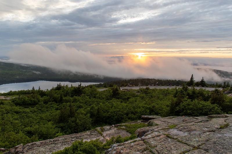 Wolken und Sonne am Cadillac Mountain.