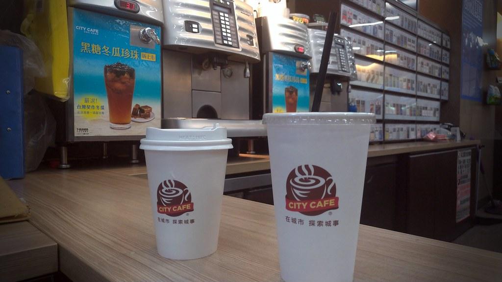 7/11起全台超商現調冷飲將逐步改為就口杯,讓消費者可以選擇不使用塑膠吸管。孫文臨攝