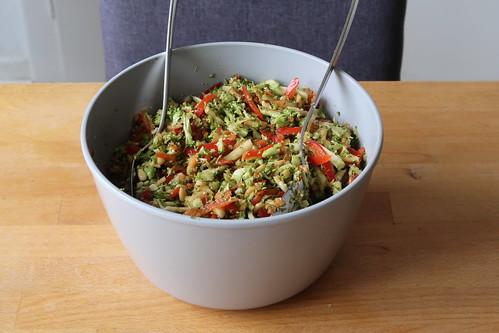 Große Schüssel Broccoli-Apfel-Paprika-Salat