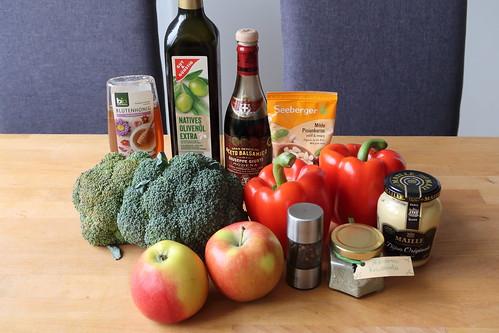 Zutaten für eine große Schüssel Broccoli-Apfel-Paprika-Salat