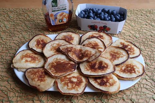 Joghurt-Pancakes mit Blaubeeren und Ahornsirup