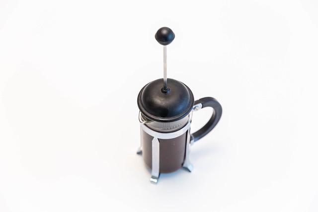 Kaffeepresse mit Glaskanne, vor weißem Hintergrund
