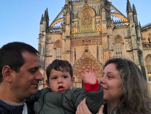 Sele, Unai y Rebeca en el monasterio de Batalha (Portugal)