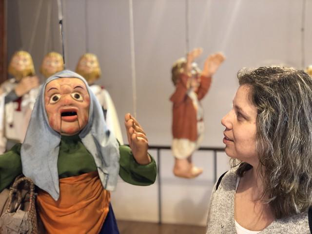 Rebeca en el museo de marionetas de Abílio, que además se llama como su padre