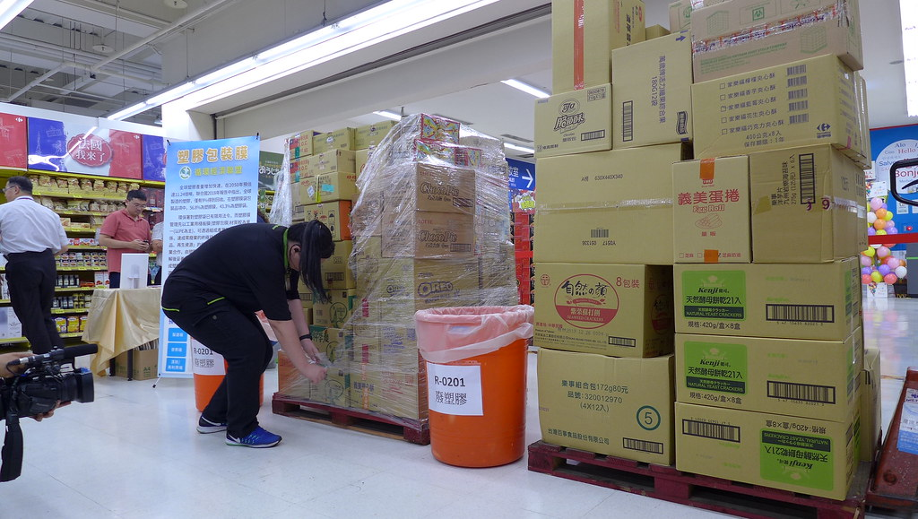 家樂福工作人員示範PE包裝膜拆解及回收過程。孫文臨攝