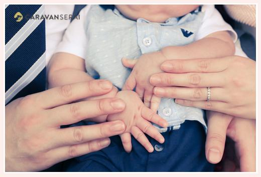 家族写真 赤ちゃん 親子三人の手
