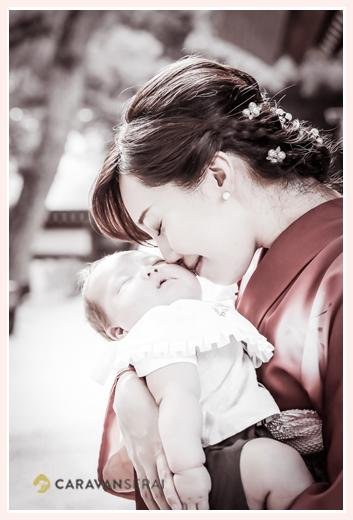 初宮参り 着物姿のママが眠る赤ちゃんを抱っこ