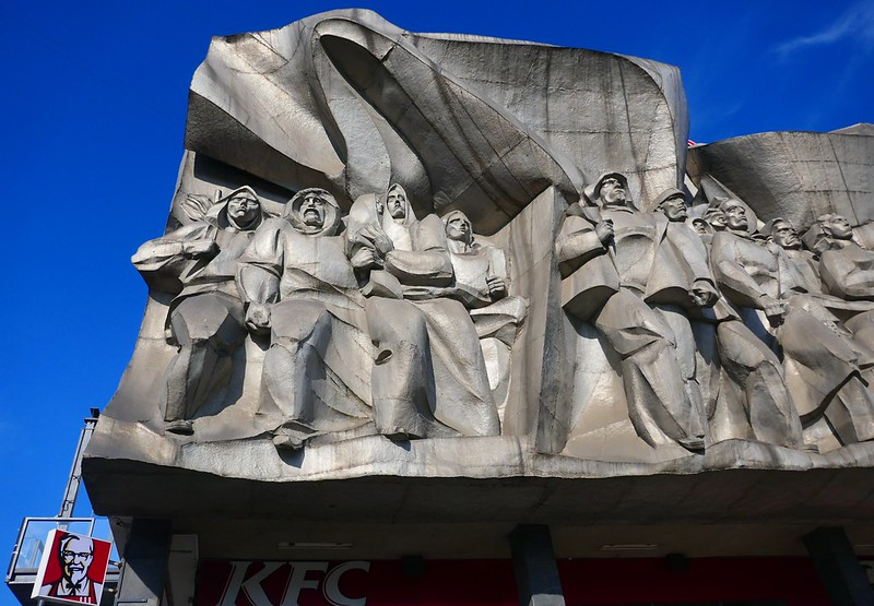 Escultura comunista + KFC