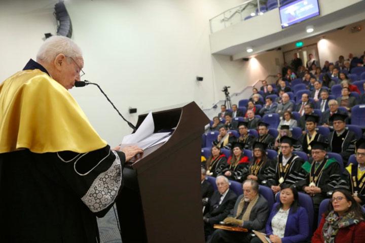 Periodista Arturo Salazar Larraín recibe Doctorado Honoris Causa