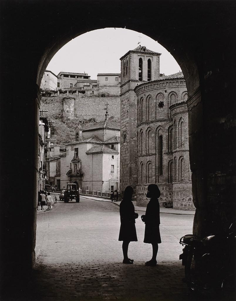 Dos mujeres bajo la Puerta de Bisagra con Santiago del Arrabal al fondo. Fotografía de Anno Wilms en 1964  © Stiftung Anno Wilms, Berlin