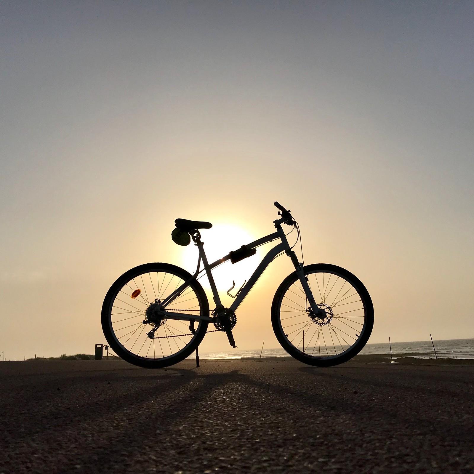 Vélo sur fond de coucher de soleil