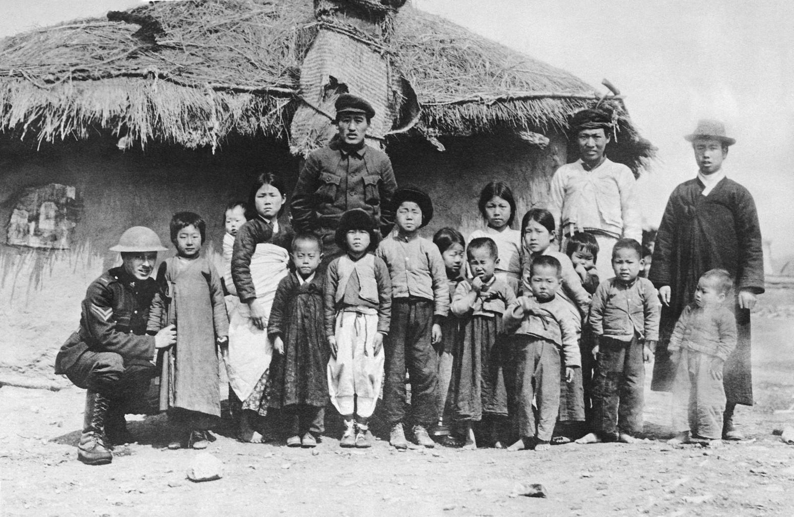 1919. Американский солдат с китайской семьей в Владивостоке, 21 августа