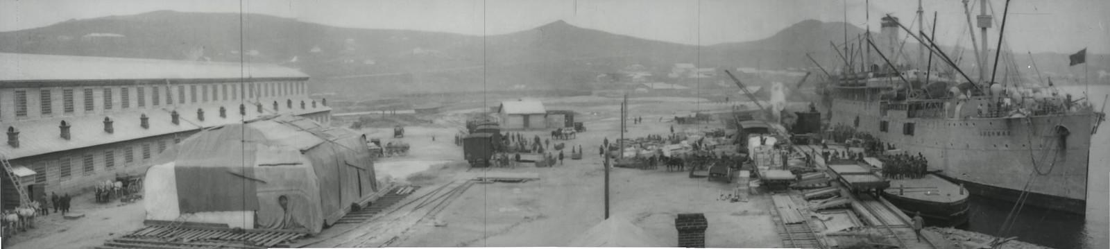 1919. Владивосток. Военнопленные разгружают американское грузовое судно «Шерман»