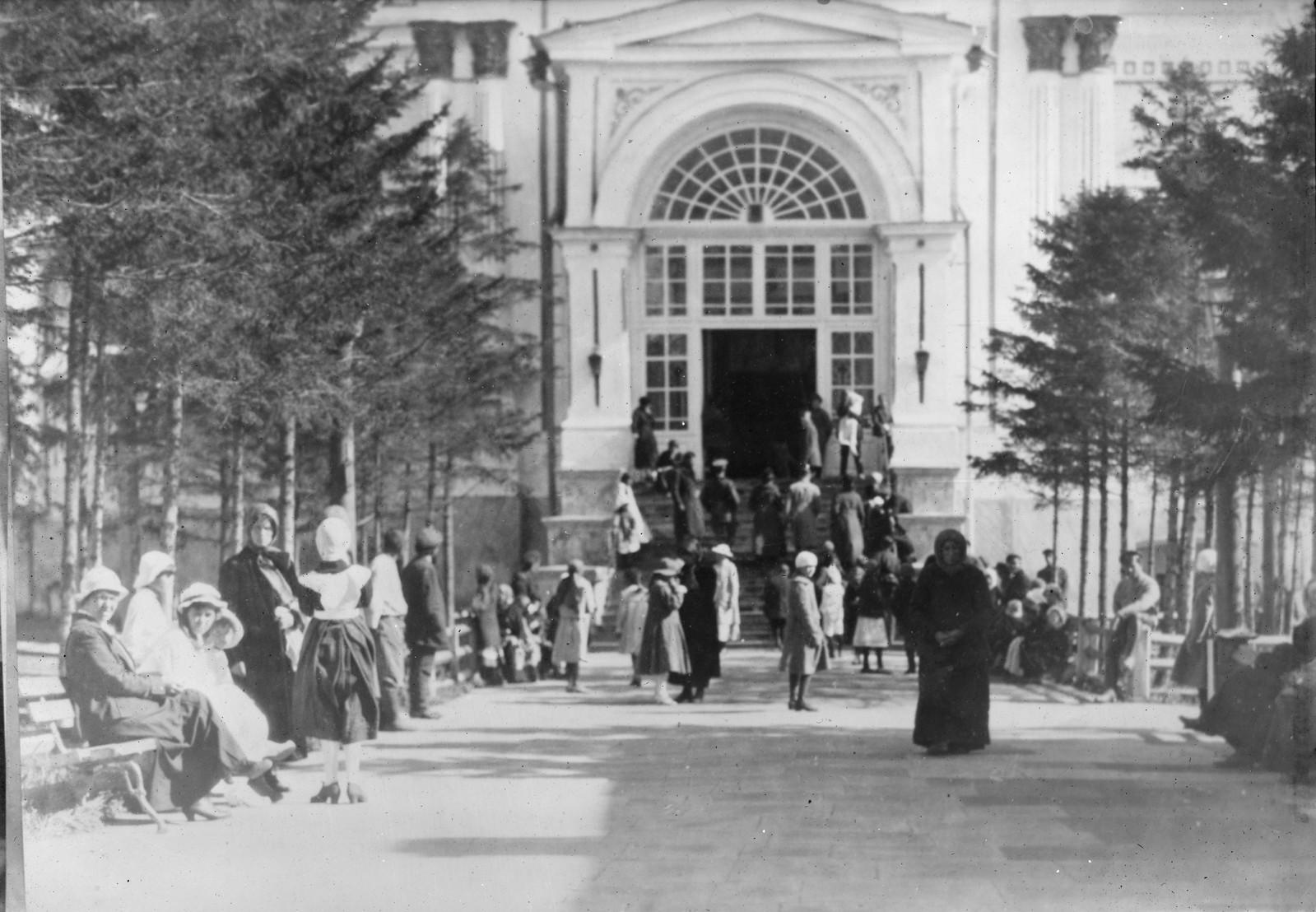1919. Иркутск. У известного монастыря