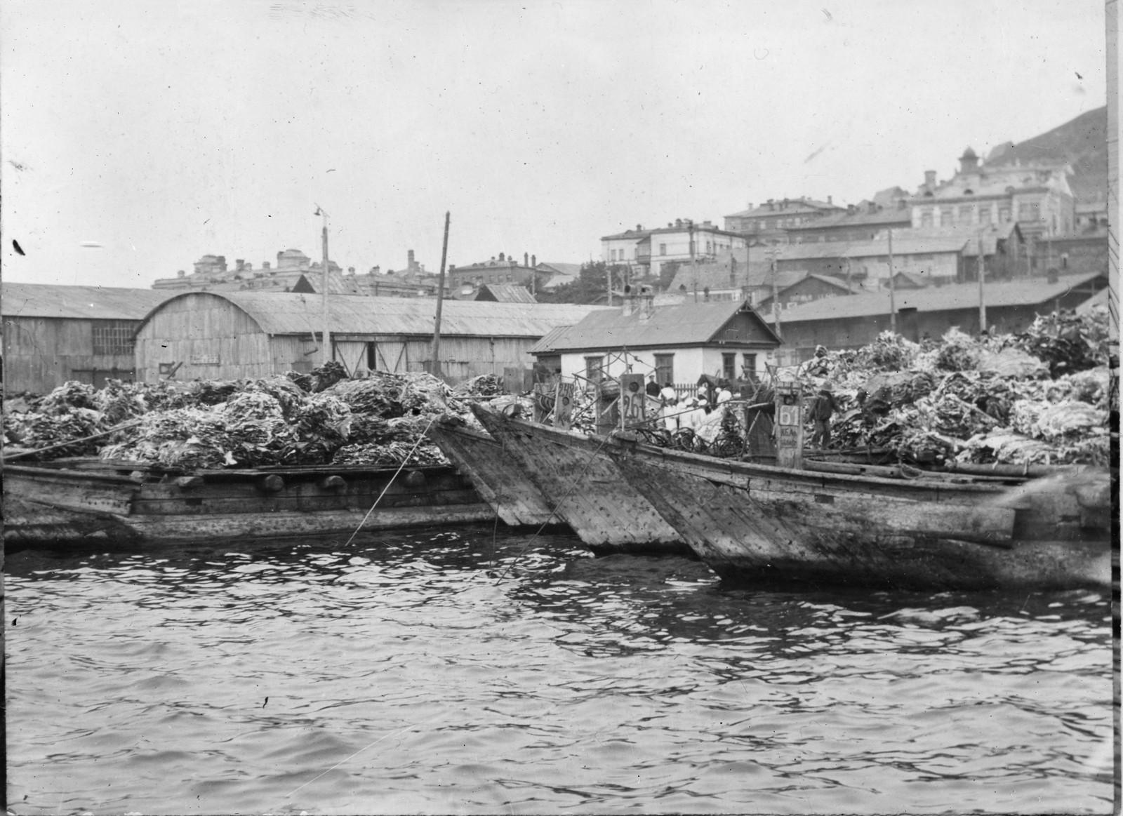 1919. Баржи с грузом невыделанной кожи у набережной Владивостока