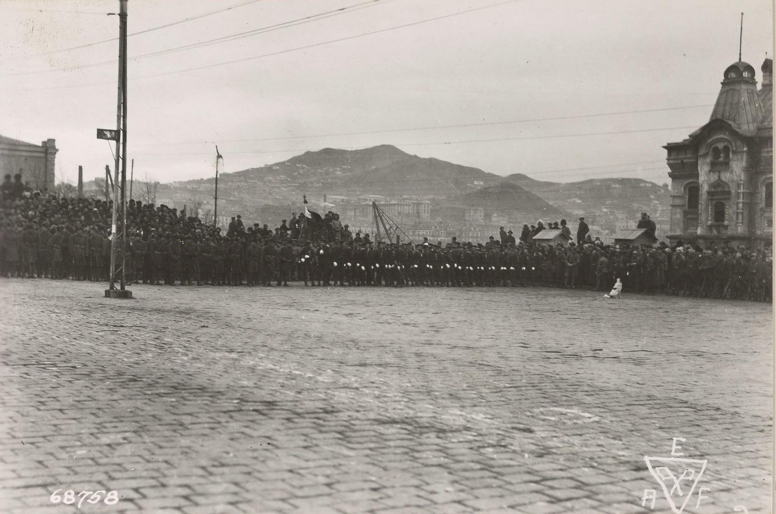 1919. Американские, японские и китайские военные во время награждения офицеров союзных войск орденами от японского командования. 12 июня