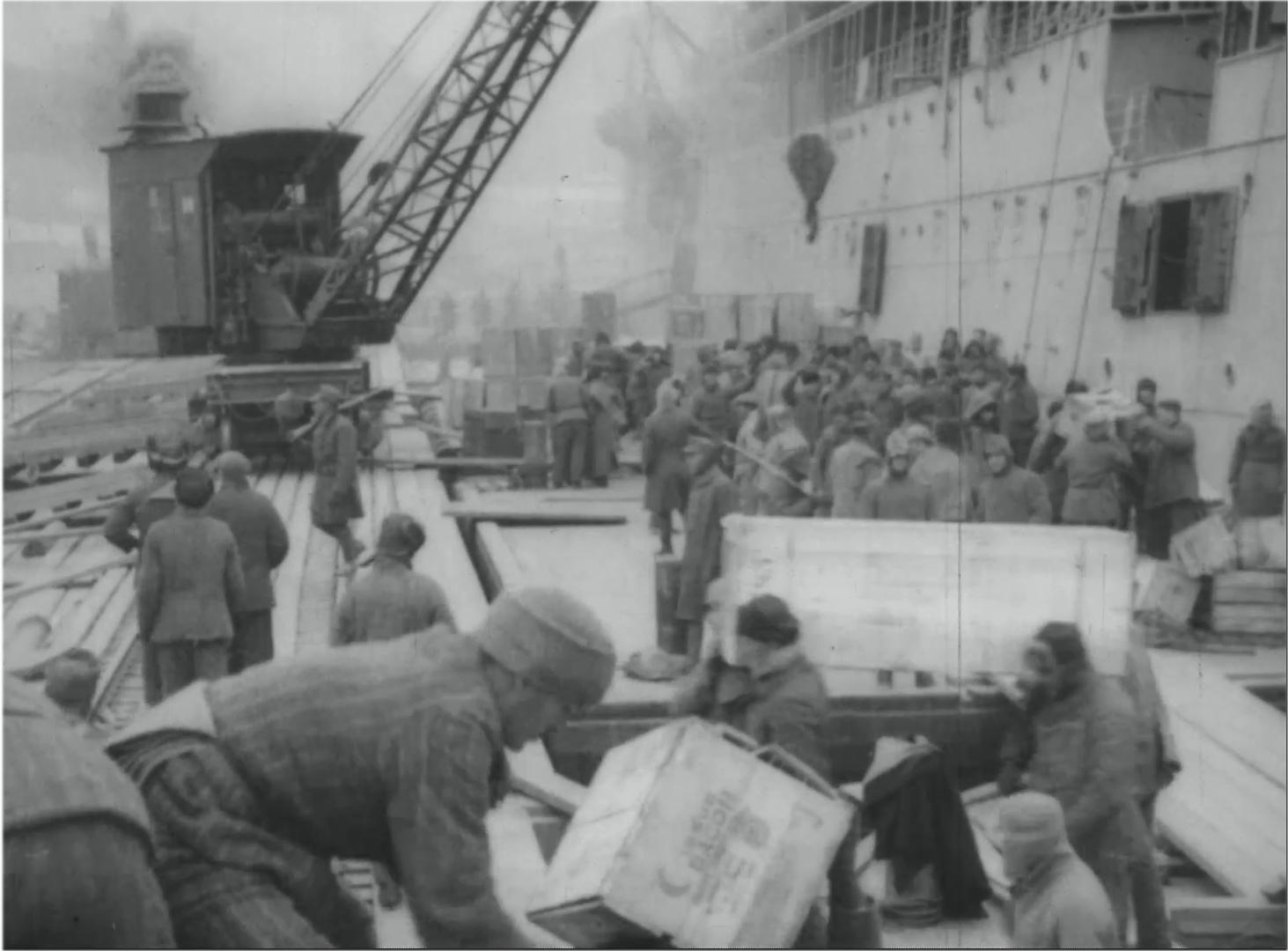1919. Военнопленные разгружают американское грузовое судно «Шерман»