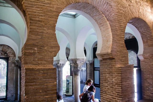 arcos de herradura interior Ermita Iglesia del Cristo de la Luz antigua Mezquita de Bab al-Mardum Toledo 01