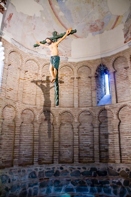 pantocrator pintura mural y Crucifijo abside interior Ermita Iglesia del Cristo de la Luz antigua Mezquita de Bab al-Mardum Toledo