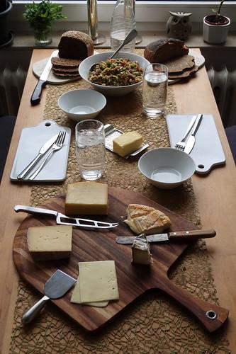 Diverse Bio-Käse und Vollkorn-Brote zum Rest vom Broccoli-Apfel-Paprika-Salat