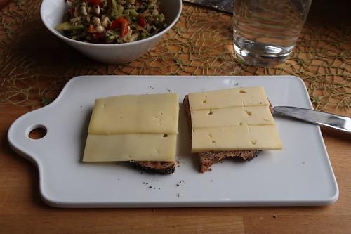 Butterkäse und Deichgraf auf Nuss-Mohn-Brot zu Broccoli-Apfel-Paprika-Salat