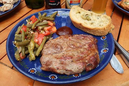 Nackensteak vom Bentheimer Landschwein, Bohnen-Tomaten-Salat und Olivenbaguette