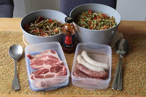 Unser Beitrag: Bohnen-Tomaten-Salat, Broccoli-Apfel-Paprika-Salat sowie Fleisch/Würstchen vom Bentheimer Landschwein
