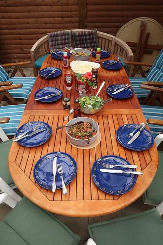 Salate und Soßen auf dem Esstisch