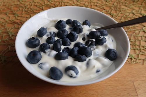 Joghurt mit Blaubeeren und Ahornsirup