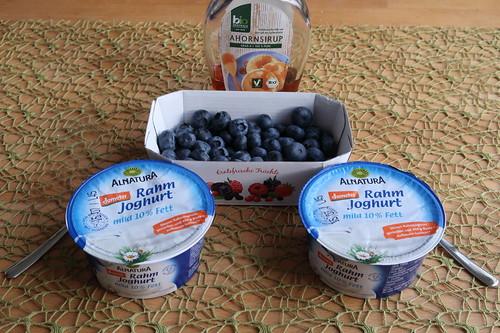 Zutaten für Joghurt mit Blaubeeren und Ahornsirup